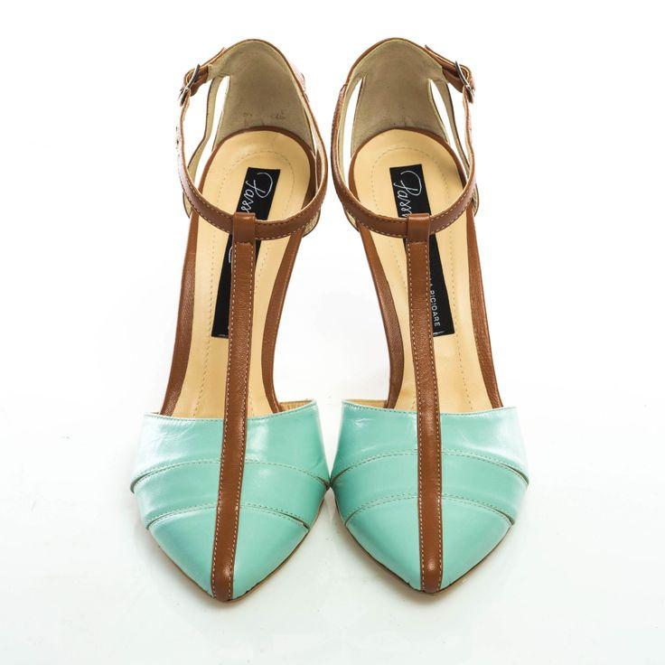 Pantofi de damă lucraţi manual, cu toc subţire, centrat, super comod de 9 cm şi baretă subţire, reglabilă, pe gleznă. Piele naturală la interior şi la exterior. Toc îmbrăcat în piele.Pot fi lucrați și pe toc de 6 cm.  Decupajele şi combinaţia inedită de maro şi baby blue cer atitudinea de divă Marilyn Monroe, sezonul ăsta!  Modelul nu este disponibil în mărimea 34.