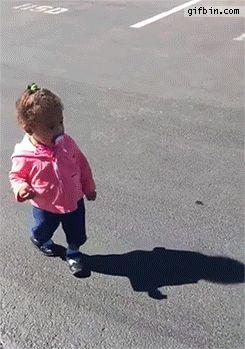 Klar kann man jetzt darüber lachen, wie sich diese junge Dame vor ihrem eigenen Schatten erschrickt: | Stellt sich raus: Es ist total befreiend, über Kinder zu lachen