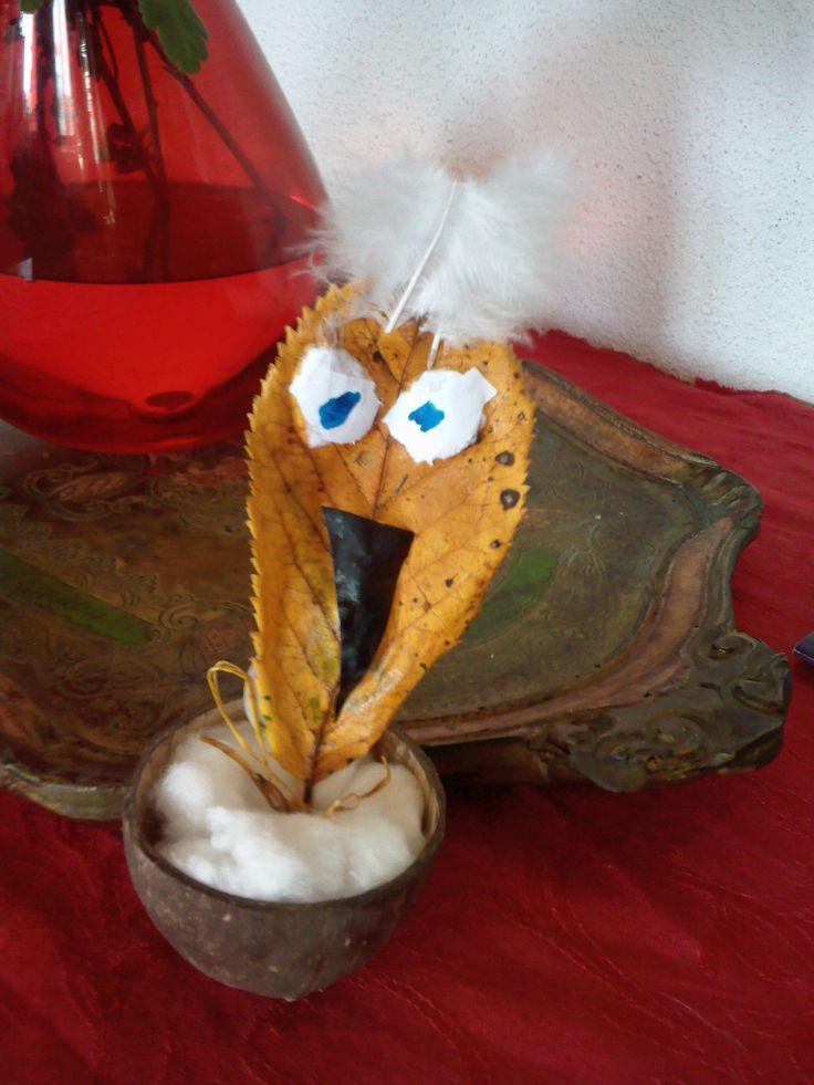Noix de coco et feuille tranformées en oiseau culbuto….(Activité enfant 4 ans) Prendre la moitié d'une noix de coco vide, la faire remplir par les enfants de coton.Prendre une feuille ramassée lors d'une promenade. Coller au pied de la feuille un petit cure dent coupée au extrémité et le laisser dépasser de 1 cm de la feuille...