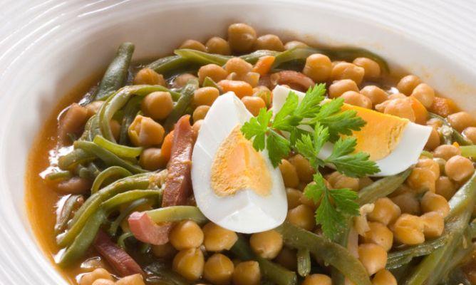 Receta de Garbanzos con judías verdes Consejo A la hora de cocer los garbanzos, a diferencia del resto de las legumbres, se deben cocer a partir de agua templada para evitar su endurecimiento.