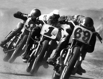 """Το πνεύμα των αγώνων μοτοσυκλέτας των αρχών της δεκαετίας του '70, απεικονίζεται στο """"On Any Sunday"""", με ύφος ντοκιμαντέρ. Ανάμεσα στους οδηγούς ξεχωρίζει ο Steve McQueen. Σκηνοθέτης : Bruce Brown Πρωταγωνιστούν: Bruce Brown, David Evans,"""