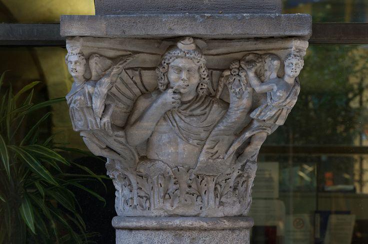 D598_011 05/08/2011 : Pisa, via Ulisse Dini: ex chiesa dei Santi Felice e Regolo (s. XII-XIII), oggi sede della Cassa di Risparmio di Lucca Pisa Livorno: capitello romano di età severiana (Arpocrate e vittorie)