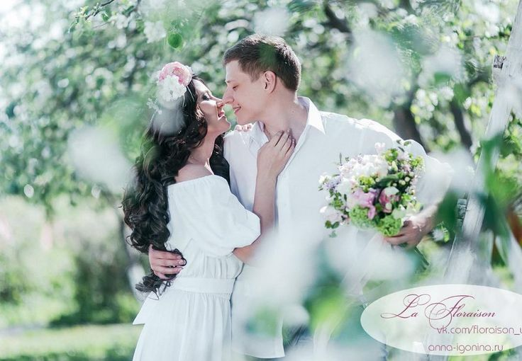 """Скоро весна..)Свадьба """"La Floraison"""" #свадьба в настоящем яблочном саду  Нежная и #романтическая_прогулка на пляже, #выездная_регистрация на цветущей поляне и #праздничный_ужин среди душистых яблонь #утро_невесты  #Организатор @korica__wedding  #Фотограф @igonina_anna  #Флористика @magiasvetov073  #Декор @decor.vesna  #Платье @cloverwedding  #Прическа и макияж @fashionlookstudio #Координатор @zhe.nya.#russiawedding #justmarried #свадебноеоформление #свадебнаяцеремония #свадьба73 #cerem"""