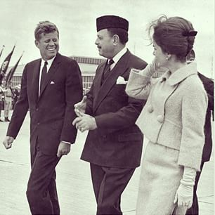 1962. 24 Septembre. President John F. Kennedy and First Lady Jacqueline Kennedy with President of Pakistan, Muhammad Ayub Khan. Quonset Point Naval Air Station. North Kingstown, Rhode Island (recadrage)