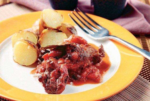 Χειμωνιάτικο φαγητό. Σε όποιο τραπέζι και να το βγάλετε θα γίνει ανάρπαστο. Το μαρινάρισμα του κρέατος είναι απαραίτητο για να νοστιμίσει. Σιγοβράστε το αγριογούρουνο αρκετές ώρες, να μαλακώσει. Να ελέγχετε τα υγρά του τακτικά.