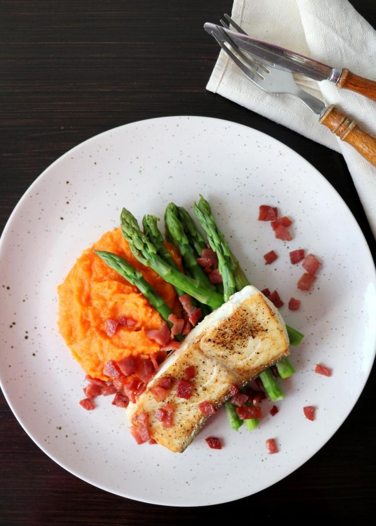Kveite med søtpotet- og gulrotpurè, asparges og bacon