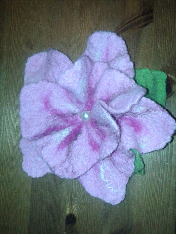 Růžový květ vyroben technikou mokrého plstění
