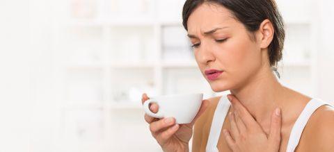 Kräuter wie Salbei und Kamille wirken entzündungshemmend bei einer Mandelentzündung - weitere tolle Hausmittel und Tipps finden Sie bei uns.