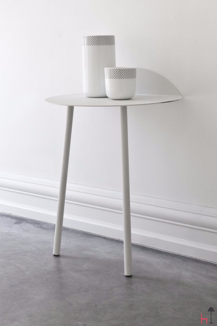 The Yeh Wall Table is the perfect place to rest books, magazines, flowerpots, table lamps, small objects, or even your afternoon coffee.