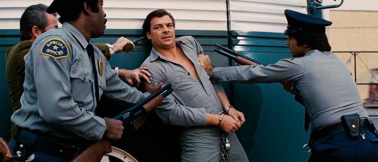 John Carpenter adaptó libremente Río Bravo de Hawks para producir, con un presupuesto muy limitado, su segundo largometraje. Con el