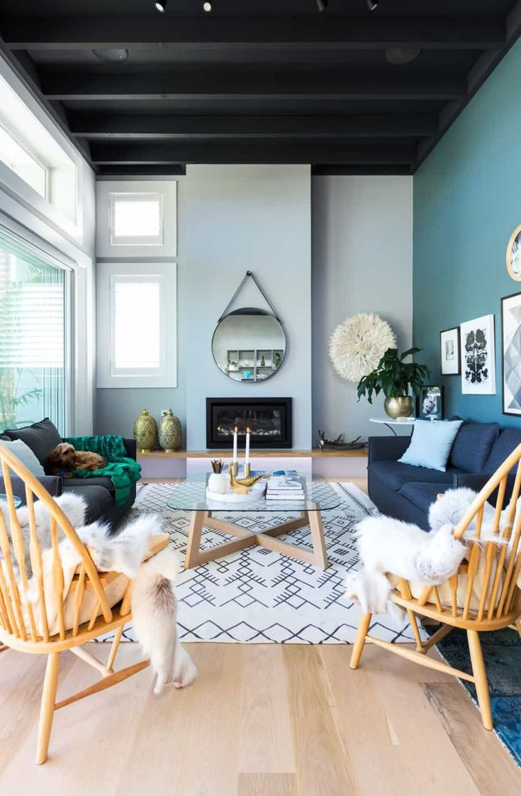 Un plafond coloré pour une hauteur amoindrie dans le salon