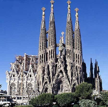 Barcelona, Spanje: Hier kunnen we natuurlijk niet om de Sagrada Família heen. De basiliek is ontworpen door de Catalaanse architect Antoni Gaudí i Cornet (25 juni 1852 – 10 juni 1926). Gaudí wordt beschouwd als de grondlegger van de organische architectuur, een stroming die voortkomt uit de zoektocht naar ´een nieuwe stijl´. Een stijl waarin niet teruggegrepen wordt naar het oude, maar juist gezocht wordt naar nieuwe elementen. De bouw startte in 1882 en is anno 2014 nog steeds niet af.
