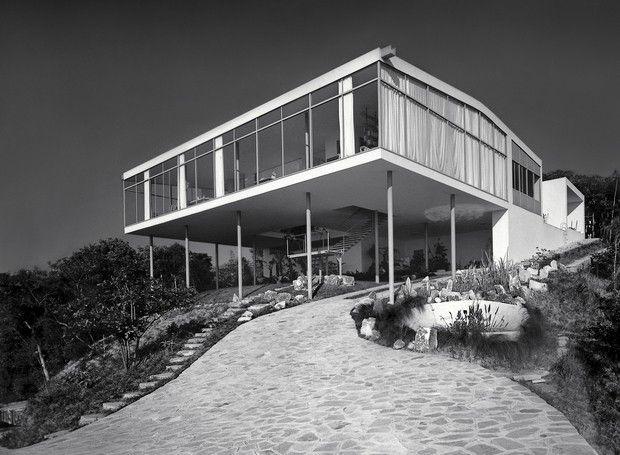 Suspensa por pilotis de tubos de aço no alto terreno, a Casa de Vidro como era, assim que a obra foi concluída, em 1951 (Foto: Chico Albuquerque/Convênio Museu da Imagem e do Som - SP/Instituto Moreira Salles)