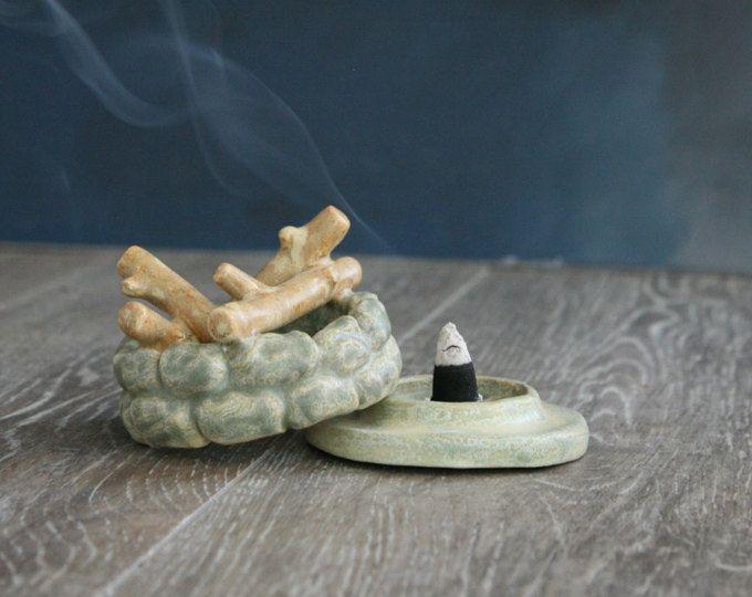 Brûleur d'encens tipi sculptées à la main en une argile de grès moucheté qui libère la fumée par le haut de la cheminée «bâton»! Les bâtons de fil ont été fusionnés à l'argile dans le four, ce qui en fait une pièce unique mixte. Fait pour encens cône.  Cette liste est pour un Aqua & corail design tipi. Lorsqu'il est fait sur commande, cet article sera très proche de celui qui est illustré, mais peuvent avoir des différences subtiles (donnant à votre pièce c'est le charme fait-main!)…