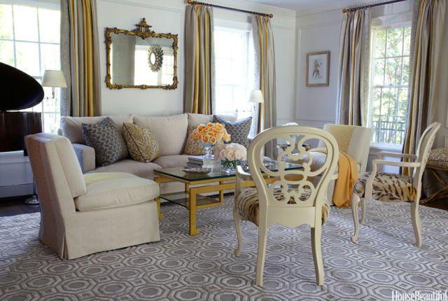 En la sala de estar de un Brookville, Nueva York, casa, diseñada por Andrew parqué, la silla zapatilla está cubierto de Fleuret Jaspe de Prelle, silla calado cojín del asiento es Tigre Velours Soie por Clarence House.  Cortinas rayadas están hechas de sedas Jim Thompson Maldivas en plata, oro y marfil.  La alfombra de seda de encargo es de Tai Ping Carpets.  La mesa de centro es del Raquet Colección Andrés.  Espejo de pan de oro de la vendimia.
