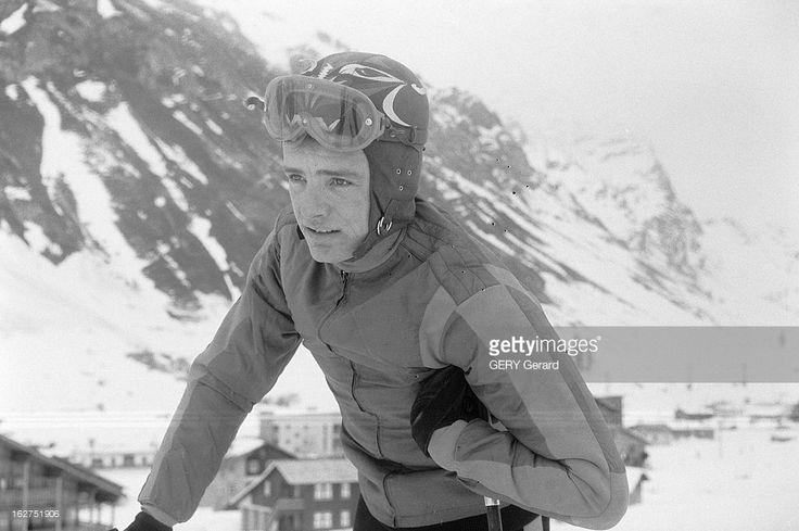 Jean Claude Killy In Val D'Isere. Val d'Isère- 26 décembre 1961- Portrait de Jean-Claude KILLY, skieur alpin français, en combinaison, portant un bonet et un masque, souriant en appui sur ses bâtons.