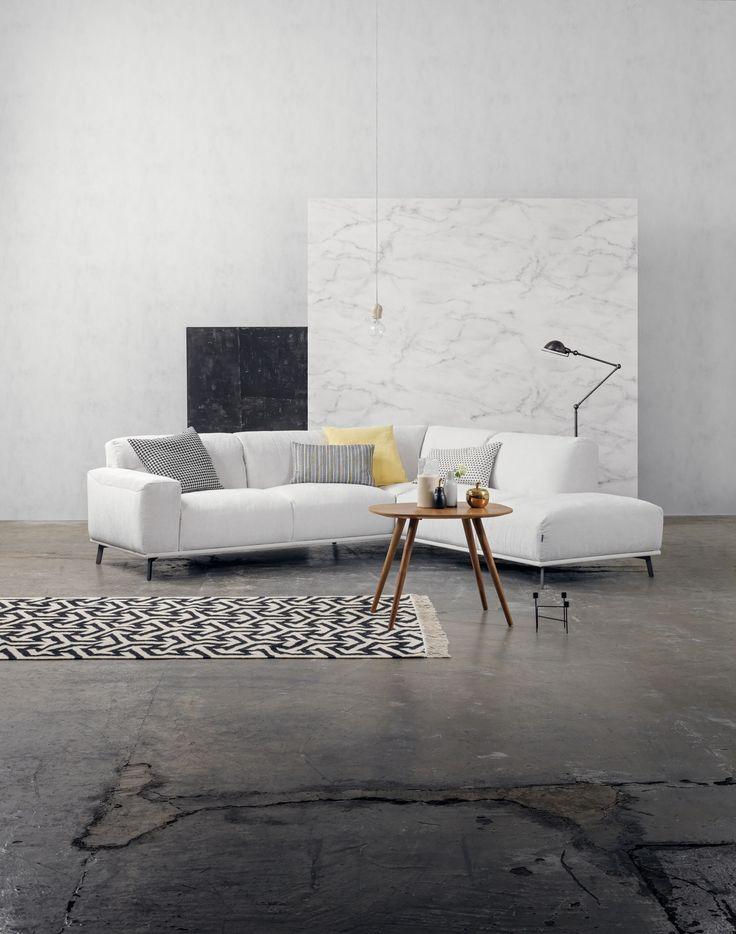 Furninova - Prisvärda kvalitéts soffor - Skandinavisk design   Store Tracy är en fantasiskt fin soffa som är väldigt bekväm och skön att sitta i. Den finns att få i flera utföranden där du kan bestämma modell, storlek, material, stoppning, ben och mycket mer. Önskar du ytterligare komfort finns det även sköna kuddar att matcha soffan med.