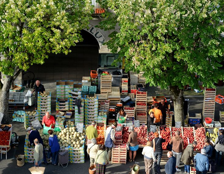 Marché de Revel (Haute-Garonne) - Par CRT Midi-Pyrénées / Patrice THEBAULT #TourismeMidiPy #MidiPyrenees #France #marché #market #food #fruit #revel
