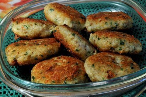 Ryba w innym wydaniu, czyli kotlety mielone z ryby. Kotlety smakowały, a ich zaletą jest to, że można zjeść je na ciepło i na zimno. Można zjeść je zaraz po przygotowaniu, albo spakować i wybrać się na piknik majowy, a gdy zgłodniejemy, posilić się pysznymi kotlecikami. Polecam! Składniki: – ok. 1/2 kg ryby (np. mintaj) [...]