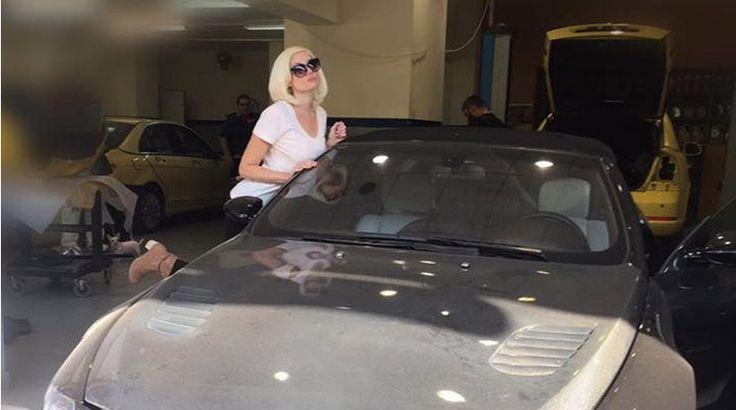 Ατύχημα για την Αλεξανδράτου - Παραλίγο να πάρει φωτιά το 200.000 ευρώ αυτοκίνητό της