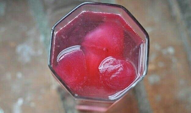 Suco de fruta congelado em cubos para uso futuro.