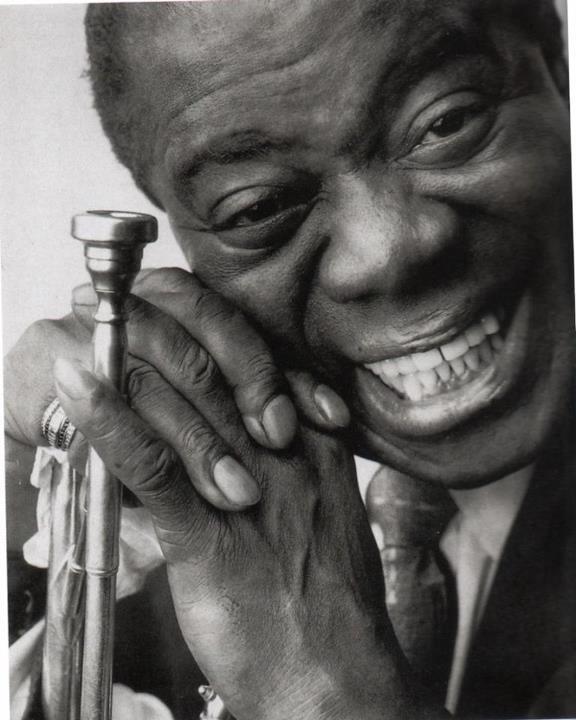Louis Armstrong (Nueva Orleáns, Luisiana, Estados Unidos, 4 de agosto de 1901 - Corona, Queens, Nueva York, Estados Unidos, 6 de julio de 1971), Músico de jazz estadounidense, reconocido como uno de los más destacados cultores del jazz. Fue también, sin duda, el más importante trompetista y cantante de aquella forma musical. Carisma, poder de innovación musical, gran personalidad y un distintivo desempeño en el escenario fueron sus características.