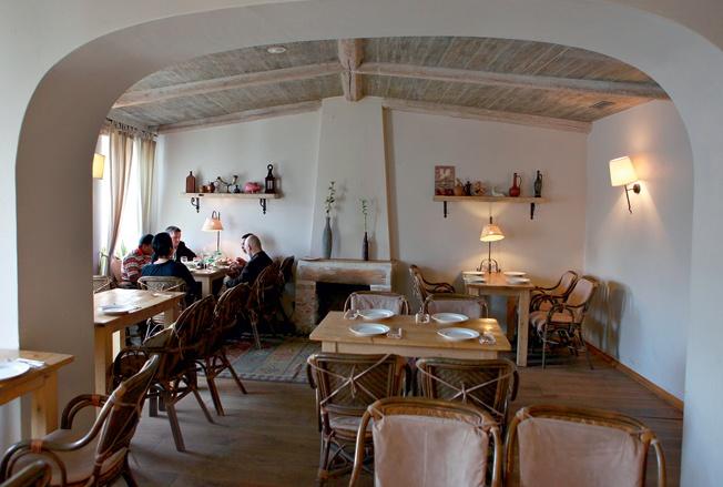 Обед в «Арагви» запивали тархуном, цвет которого позабавил заморских гостей