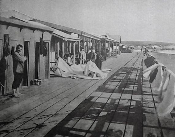 """La primera """"Rambla"""" de madera que había mandado construir el Dr. Carlos Pellegrini en 1888 fue destruida por un temporal."""