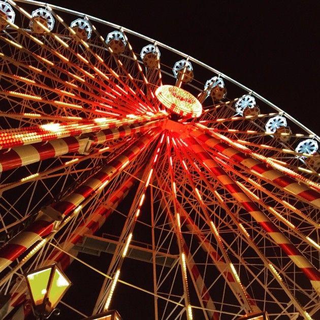 À Toulouse, la grande roue illumine le port Viguerie à la tombée de la nuit