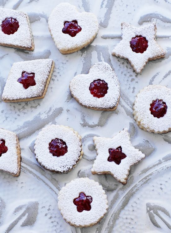 Linzer Cookies Recipe | This kind of cookie was originally baked in the city of Linz in Austria. They are fun to bake and look beautiful. //