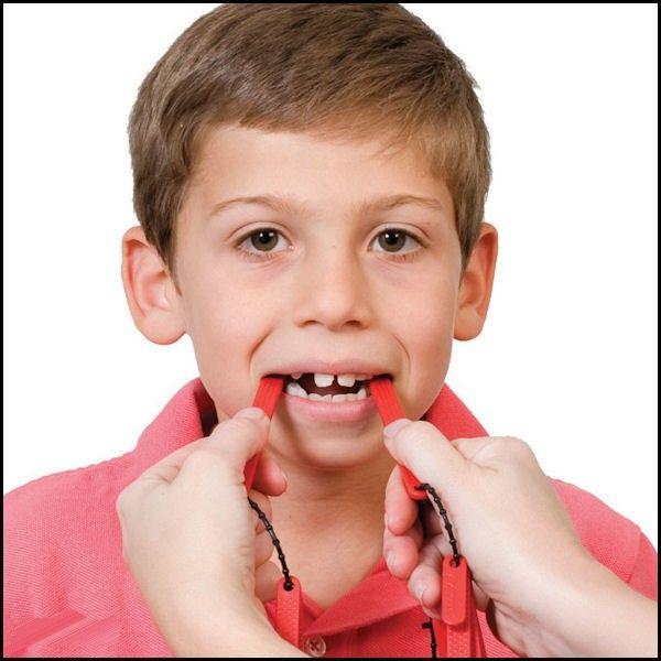 Set bite TalkTools® (rosso)  Un approccio multisensoriale per allenarci con la consonante fricativa glottidale (ah, eh, ehm, oh, ecc) ma anche per  migliorare il coordinamento muscolare e la consapevolezza dei movimenti mandibolari (progressiva apertura/ chiusura della bocca)  nei pazienti con  aprassia o disprassia infantile