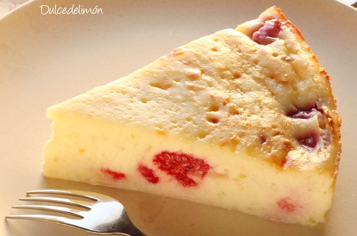 Tarta de queso de Gordon Ramsay: Ingredientes para una tarta de 22cm: 550 gr de queso crema (puede ser light) a temperatura ambiente, 160 gr de azúcar, 3 huevos, 3 cucharadas de maicena, ralladura de 1 limón o de 2 limas pequeñas, 200 g de frambuesas frescas