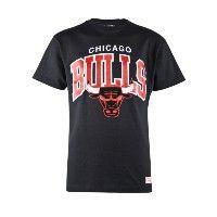 Deze Mitchell & ness Arch Logo T-shirt is uitgevoerd in zwart. Het T-Shirt heeft ook een toffe print van de Chicago Bulls op de voorkant gedrukt staan. #herenmode #zomercollectie #zomerkledingheren #zomerkleding