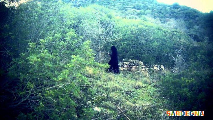 """A pochi km da San Vito e a meno di un'ora da Cagliari c'è una collina che custodisce da millenni i suoi segreti: è Monte Lora, chiamato anche """"La Sfinge"""". Si dice che in cima si trovi l'anello di attracco dell'Arca di Noè e ai suoi piedi si percepisca un'energia ciclopica. Sono tante le leggende che ammantano di mistero questo sito. #sardinia"""