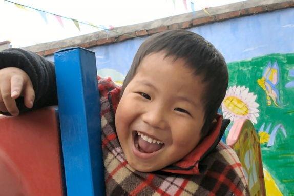 Caleb es un niño muy activo que aprende muy rápido! Vive con una familia de acogida en Anhui y está esperando encontrar a su familia para siempre! ¿No parece pasarlo muy bien?