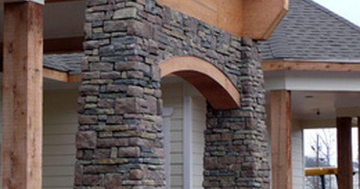 Ideas de piedras y ladrillos para revestimiento exterior y puertas y ventanas acentuadas. La piedra y el ladrillo reales y de falso acabado pueden transformar el estilo exterior de un hogar. Elige algunos de los dos basándote en tres elementos clave: el estilo arquitectónico del lugar, el costo de los materiales y el peso. Algunas estéticas arquitectónicas están realzadas con piedra o ladrillo, otras con madera, estuco, acero y vidrio. ...