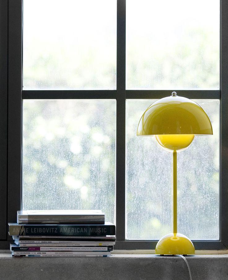 Flowerpot VP3 est une lampe à poser dessinée par le designer Verner Panton pour la marque And Tradition. La lampe à poser Flowerpot VP3 est réalisée en aluminium et est composée d'un câble d'alimentation en PVC transparent équipé d'un interrupteur.