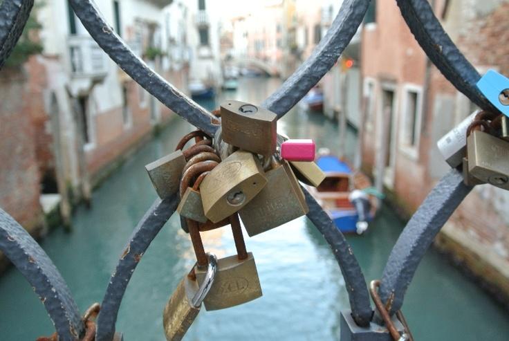 Love locks on a bridge in Venice - Liefdessloten Venetie