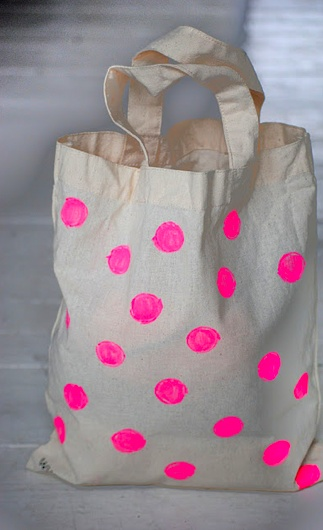 Paint round circles of fluorescent on a plain canvas bag.