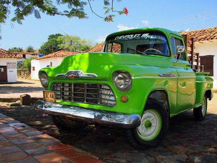 Un pickup Chevrolet 3800 des années 1950 couleur vert pomme sur la place centrale de Guane. Ce village à neuf kilomètres de Barichara, avec sa centaine de maisons blanches, a conservé son aspect colonial. On peut y gouter la chicha, la boisson alcoolisée locale à base de panela et de maïs fermenté.