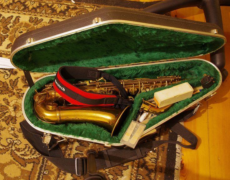 https://flic.kr/p/sJeu4W   Mój Kochany Saksofon - My Beloved Saxophone   Conn Ladyface - On ma 77 lat, a śpiewa jak Anioł - It is 77 years old, and sings like an Angel. Makes a rather random still life.
