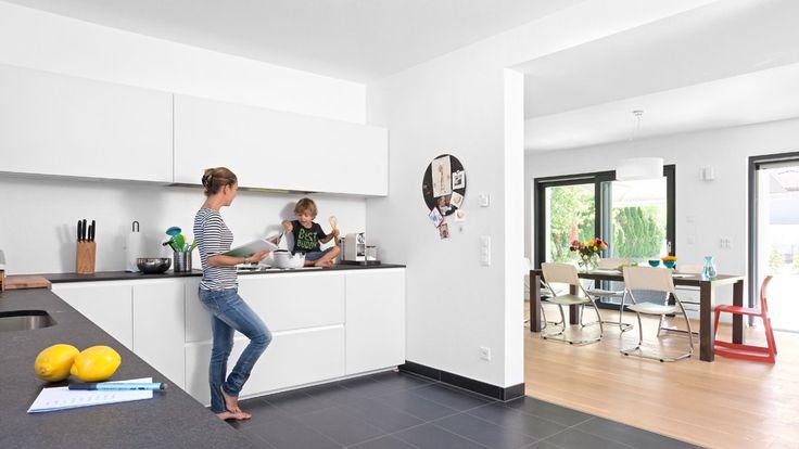 Offene oder geschlossene Küche – Was sagt der Küchenprofi? Bei einer geschlossenen Küche wird das Wohnerlebnis nicht durch Essensgerüche, Arbeitsgeräusche oder schmutziges Geschirr negativ beeinflusst. Eine offene Küche bedeutet hingegen einen fließenden Übergang zwischen Kochen, Essen, Arbeiten und Freizeit. Dies ermöglicht mehr Kommunikation und Geselligkeit. Erfahren Sie mehr auf unserem Blog…