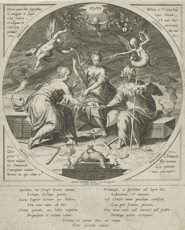 Aegidius Sadeler | De drie schikgodinnen, Aegidius Sadeler, 1589 | De drie schikgodinnen, zittend bij elkaar in de nacht. Boven hun hoofden een engel (links) en een duivel (rechts) Op de voorgrond een lamsoffer. In cirkel binnen rechthoekig kader met in de vier hoeken Latijnse citaten uit het boek Job. Middenboven het tetragram.
