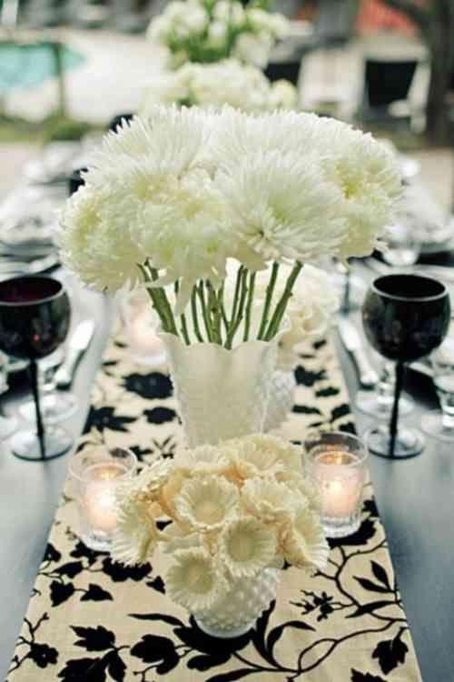 Fleurs blanches sur une nappe fleurie