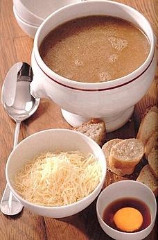 """Рецепт из восхитительной книги Поля Бокюза """"Кухня по сезонам"""", лионский луковый суп.  Ингредиенты: 600 г мелко нарезанного репчатого лука, 150 г сливочного масла, 2 ст. ложки муки, букет гарни, 200 г хлеба, 250 г тертого сыра грюйер, 4 яичных желтка, 1 маленький стаканчик старой мадеры, соль, свежемолотый перец.  Приготовление тут: http://lady.mail.ru/article/474971-gotovim-po-knigam-kuhnja-po-sezonam"""