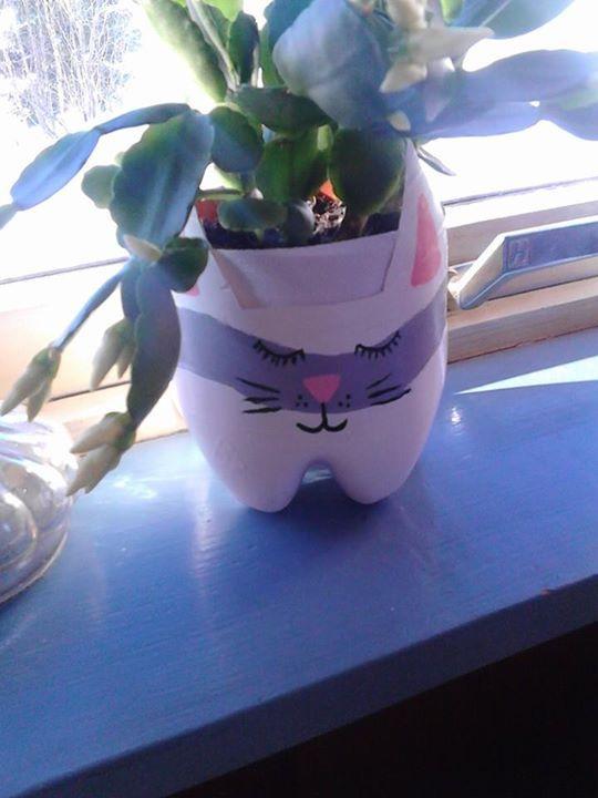 Katt, potte skjuler, DIY, plass flaske og akryl maling :-D Laget av Jane Trolle