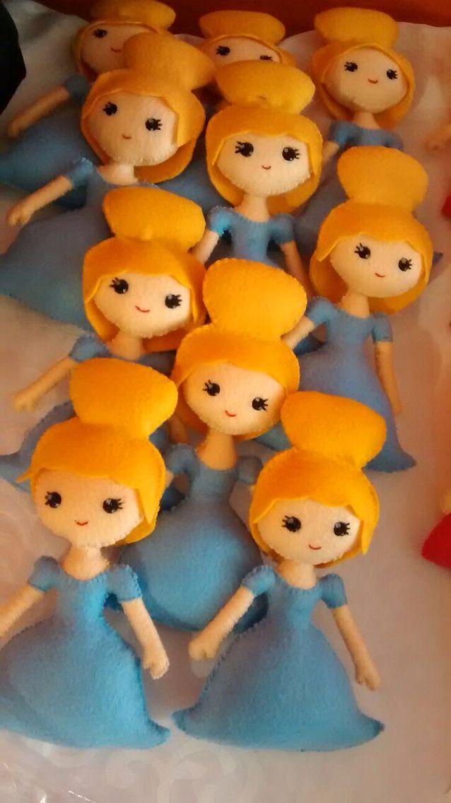 Its a small small world! Hermosas muñecas en produccion! Muñecas para decorar hechas a mano por colombianas cabezas de familia! 100% colombiano! Pedidos pipoka@pipokaplaykits.com