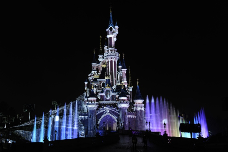 Illuminated castle after the premiere of Disney's Dreams in DLP