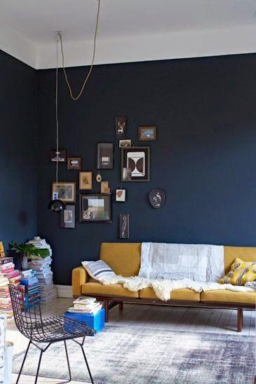Den mørkeblå væg måtte godt dække en side i mit soveværelse