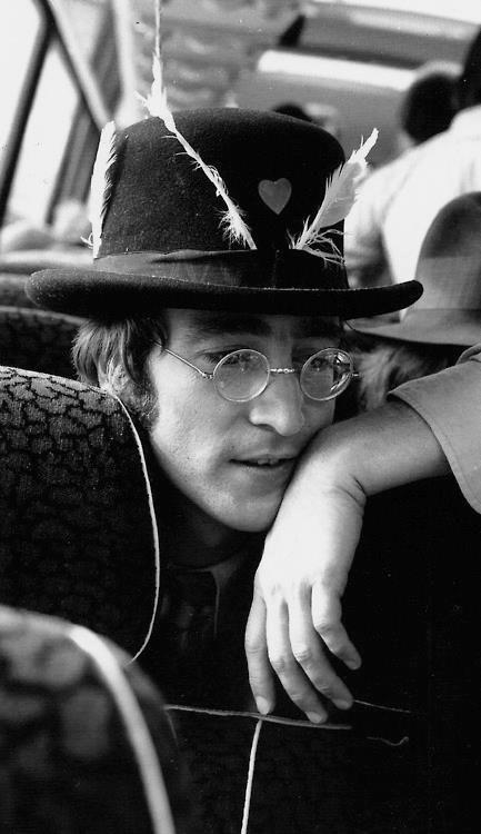 John Lennon. #sombrero #cantante #famoso #famous #gafas #glasses #pluma #curioso…
